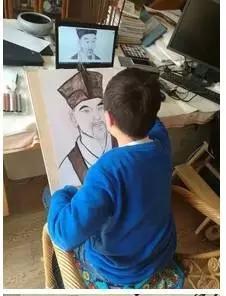 正在画苏轼头像的小学生