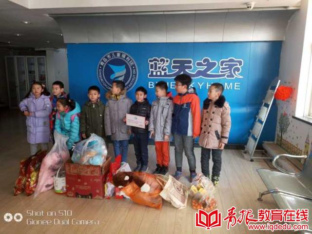 擦窗户,扫地,玩游戏 青岛海山学校校志愿者前往福利院