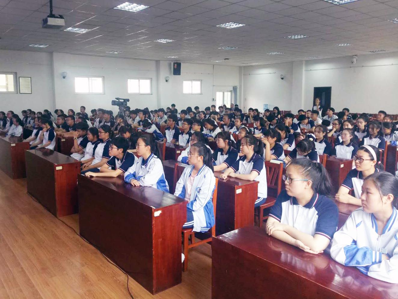 珍爱生命,安全出行 十六中学生听了一堂交通安全课