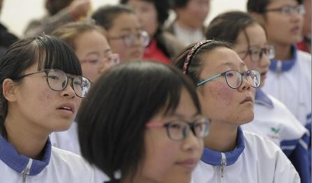 中国青少年近视率居世界第一 手机禁入校园?