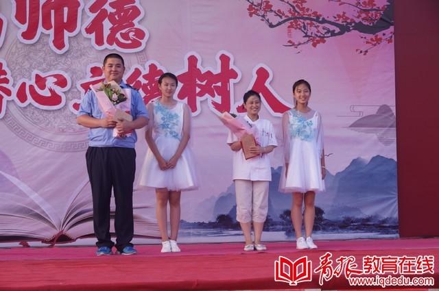 青岛61中:载歌载舞共庆教师节