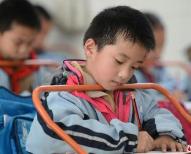 桌椅高度影响孩子视力 新学期别忘了给学生调桌椅高度
