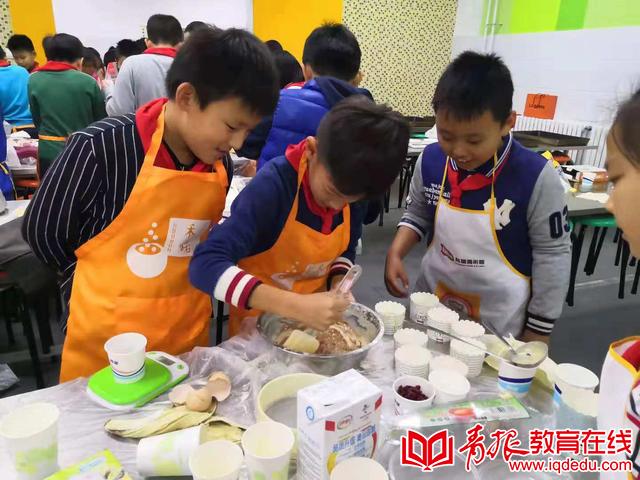 嘉峪关学校四年级三班:自己动手做蛋糕,举办特别生日派对