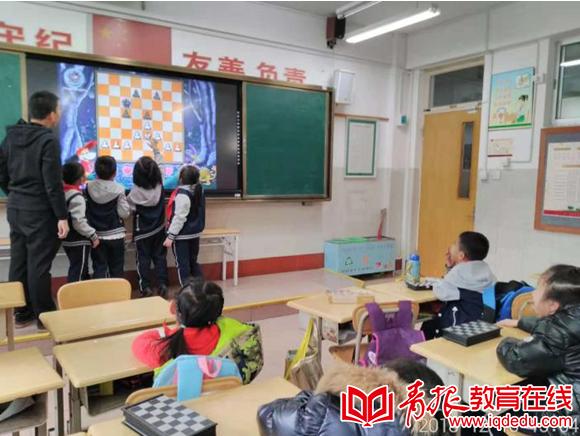 """市实验小学二年级一班:国际象棋特色课让同学们乐在""""棋""""中"""