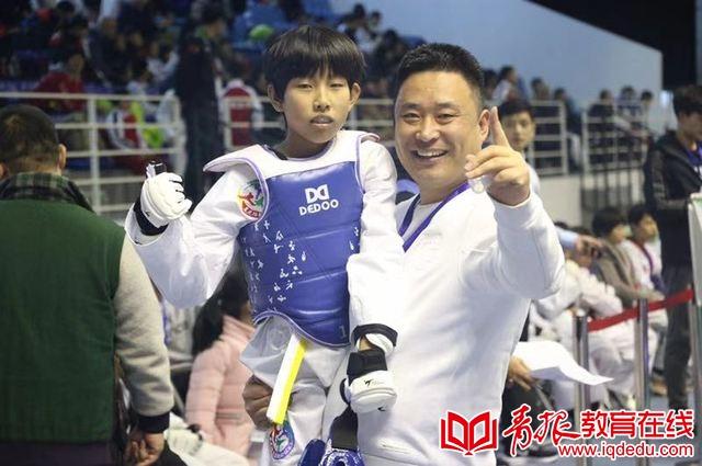 青岛李村小学戴宝岳勇夺全国青少年跆拳道总决赛金牌