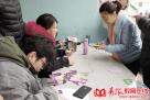在等待的时间,家长们依旧闲不住,为考生们提前买好午餐券。