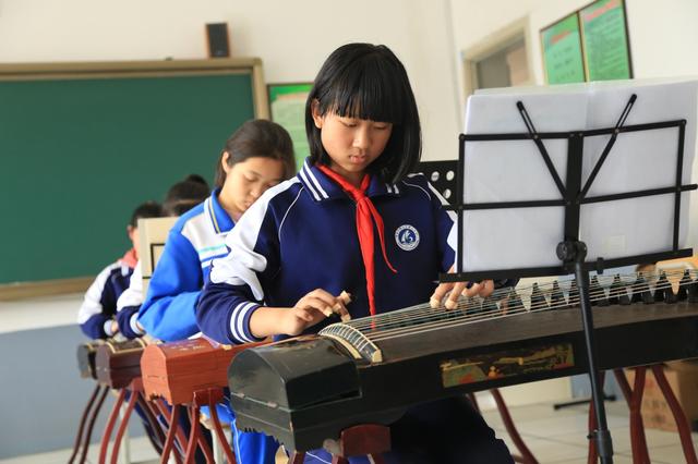 校内托管四区3万多学生受益 教育部门在线和网友互动答疑