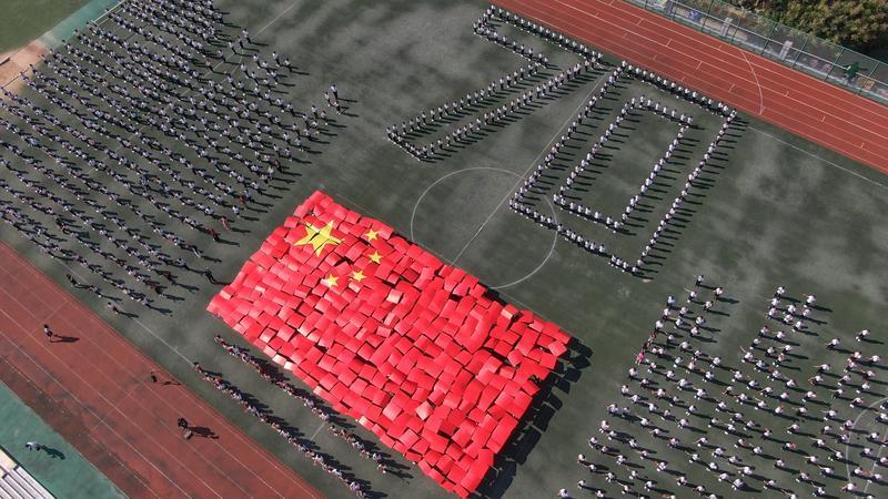 岛城百万中小学生向国旗敬礼 庆祝新中国成立70周年