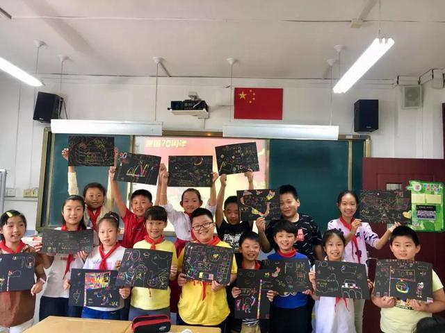 南仲小学艺术节:国庆刮蜡画 童心绘祖国
