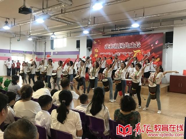青岛三江学校:唱响红歌 共迎国庆